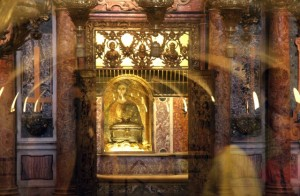 detalj pallium FHE-st-peters-basilica-vatican-city-confessio-detail
