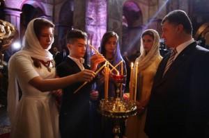 Presidentens familj tänder ljus under  bönen vid självständighetsdagen i  Sophia katedralen, Kiev