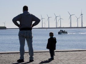 Vindkraftverk, vindmøller, vid Lynetten i hamninloppet till København sett från Langelinie kaj, København - Copenhagen - Köpenhamn. Fotograferat den 20 april 2013. Danmark har blivit världens ledande vindkraftsland. Hela den danska vindkraftsindustrin omsatte 7 miljarder euro och svarade för 6,4 procent av den danska exporten under 2011. Enligt branschorganisationen Vindmølleindustrin svarar den danska vindkraftindustrin för ungefär en fjärdedel av hela världsmarknaden för vindkraft.Vestas är Danmarks och troligen världens största tillverkare av vindkraftverk med närmare 18.000 anställda i slutet av 2012 och huvudkontor i Aarhus på Jylland och med nordeuropeiskt säljkontor i Malmö.Siemens Wind Power Division med 9.000 anställda och huvudkontor i Hamburg och stor tillverkning i Danmark efter köpet av danska Bonus Energy är en stor konkurrent.Enercon är en stor tysk vindkraftstillverkare med fabrik för tillverkning av vindkraftstorn i Malmö. Foto: News Øresund – Johan Wessman. © News Øresund. Bilden får fritt publiceras under förutsättning att källa anges. Bilden får ej manipuleras. The picture can be used freely under the prerequisite that the source is given. Photo manipulation is not allowed. Originalfil tillhandahålles gratis, kontakta: News Øresund, Malmö, Sweden. www.newsoresund.org News Øresund är en oberoende regional nyhetsbyrå som ingår i projektet Øresund Media Platform som drivs av Øresundsinstituttet i partnerskap med Lunds universitet och Roskilde Universitet och med delfinansiering från EU (Interreg IV A Öresund) och 14 regionala, icke kommersiella aktörer.