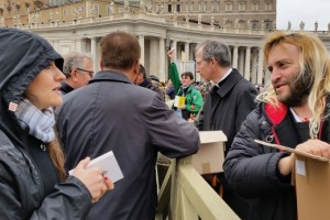 Romes_homeless_join_volunteers_in_handing_out_copies_of_the_Gospel_to_pilgrims_in_St_Peters_Square_March_22_2015_Credit_Martha_Calderon_CNA_3_22_15