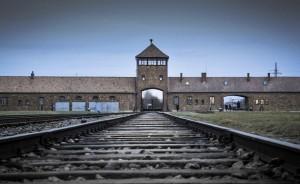 Eingang_zum_ehemaligen_KZ_Auschwitz-Birkenau-auschwitz