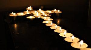 Ett kors av tända ljus.